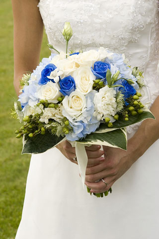 bride holding her bouquet of roses